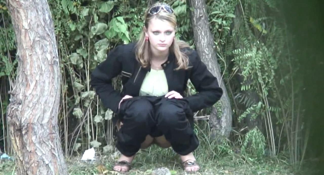 Видео бдсм женщина ссыт под пальму